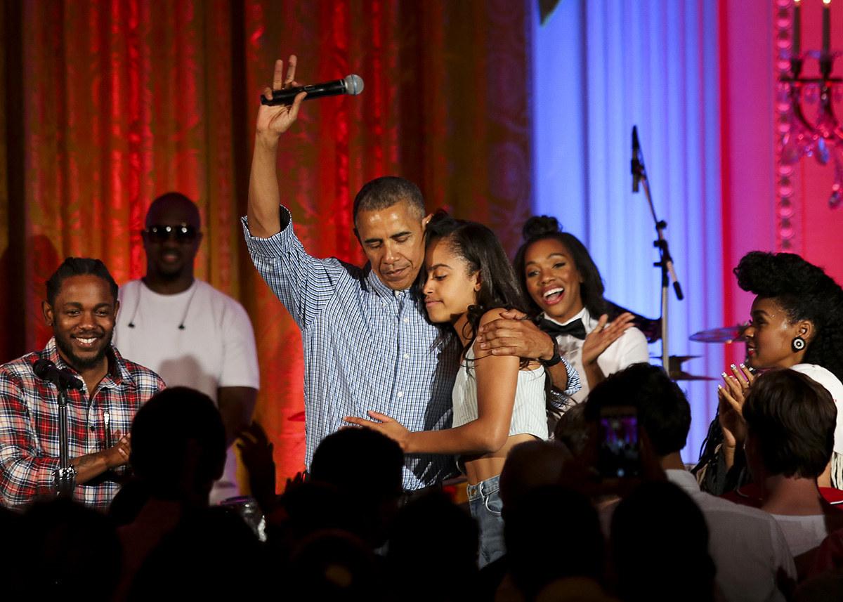 Presiden Barack Obama memeluk anak perempuannya Malia Obama pada suatu majlis hari jadi anaknya yang ke 18 di White House Washington,DC. - Pool / Getty Images