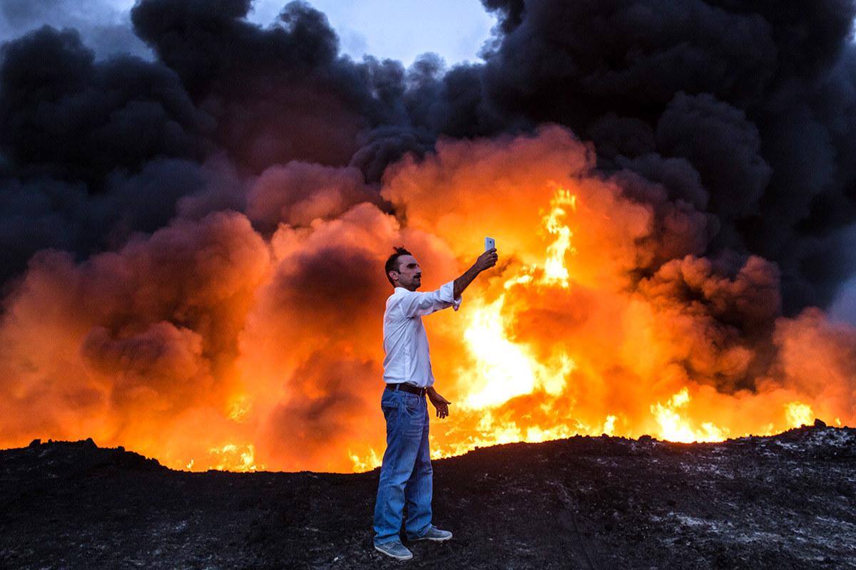 Minyak dibakar di kawasan Qayyarah selatan Mosul dalam satu operasi oleh tentera Iraq terhadap Negara Islam - Yasin Akgul / AFP / Getty Images
