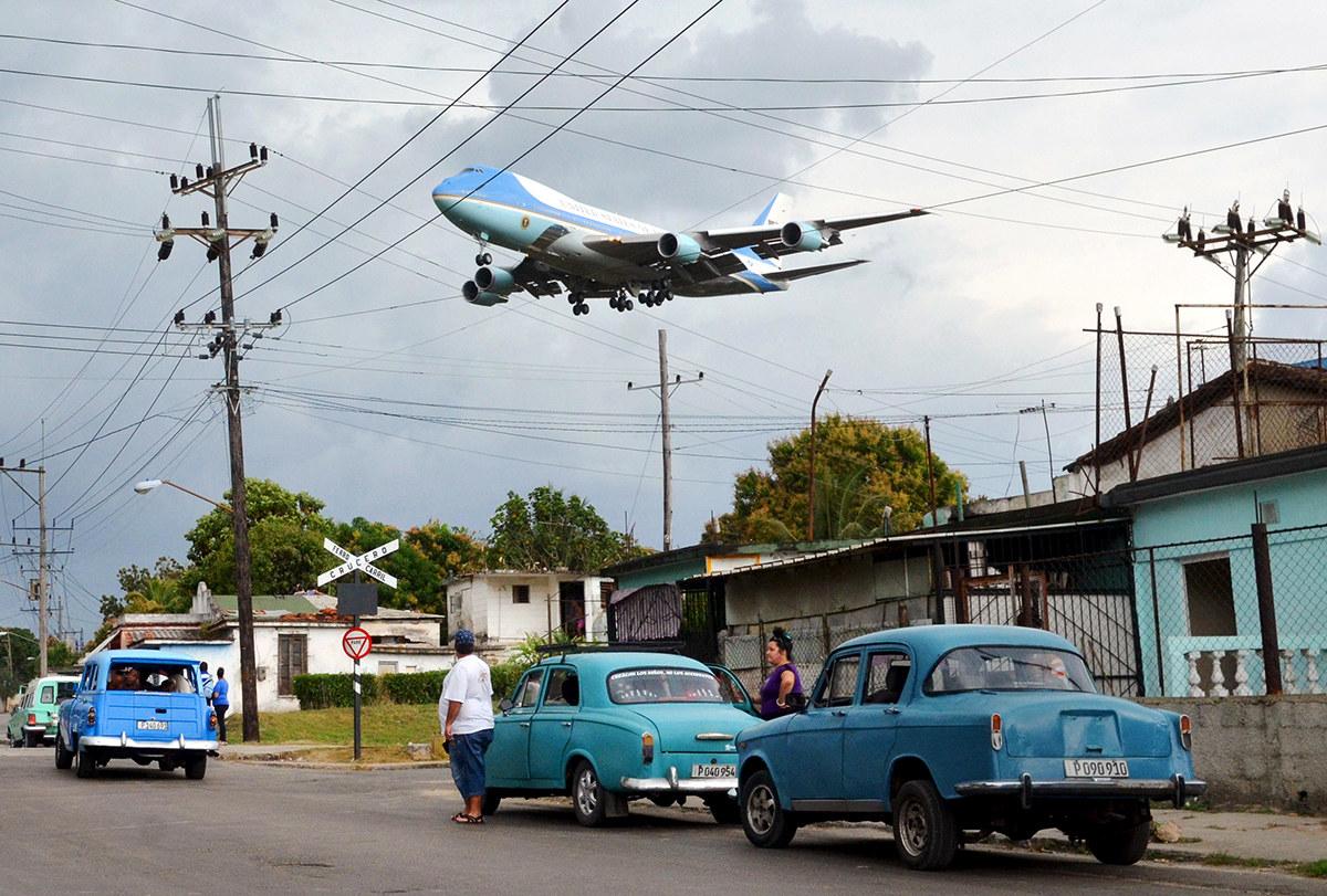Air Force One yang membawa Presiden Barack Obama adan keluarganya terbang rendah di kawasan penduduk Havana -Alberto Reyes / Reuters