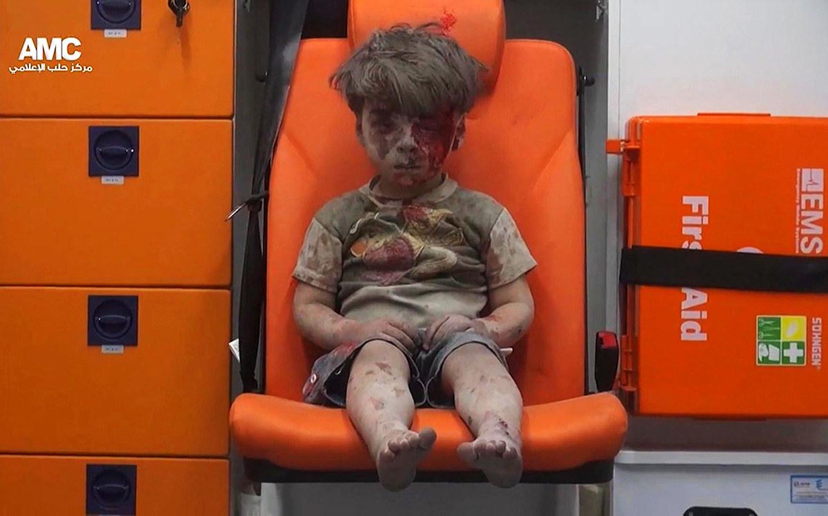 Omran Daqneesh kanak-kanak Berusia lima tahun duduk dalam ambulans selepas ditarik keluar daripada sesebuah bangunan dilanda serangan udara di Aleppo, Syria - AP