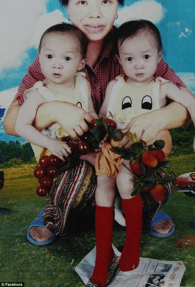 Foto yang menunjukkan kedua-dua kanak-kanak ini dengan ibu angkatnya mereka, yang diketuai ibu Audrey untuk merealisasikan anak perempuannya mempunyai adik-beradik. Beliau kemudian dikesan yang Rainsberrys