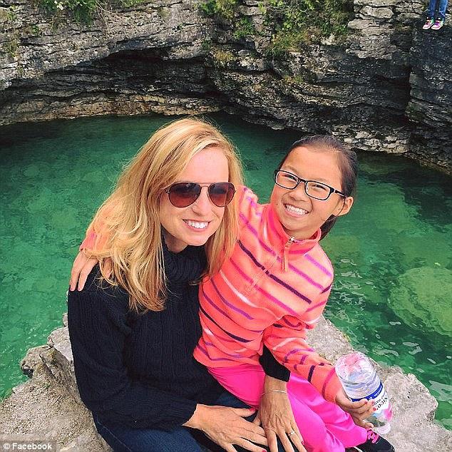 Audrey bersama ibu angkatnya Jeniffer tinggal di Wausau, Wisconsi.